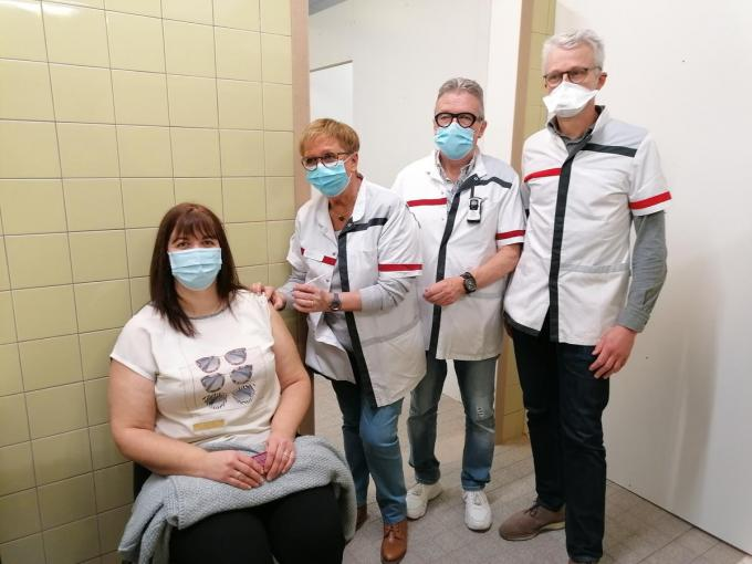 Petra Smit receives the first injection, under the direction of doctors Robert Belol and Water Demonk (far right).  © MYRIAM VAN DEN PUTTE MVQ