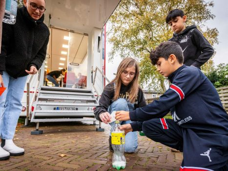 A Discovery truck from the University of Groningen visits Maple.  Students immerse themselves in the wonderful world of science